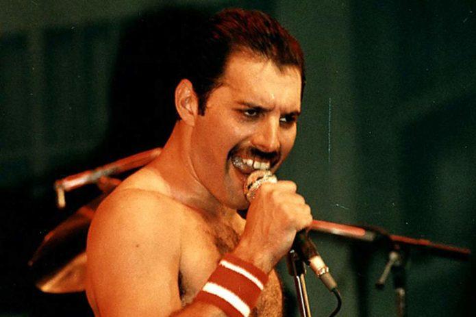 Freddie Mercury şarkı söylüyor