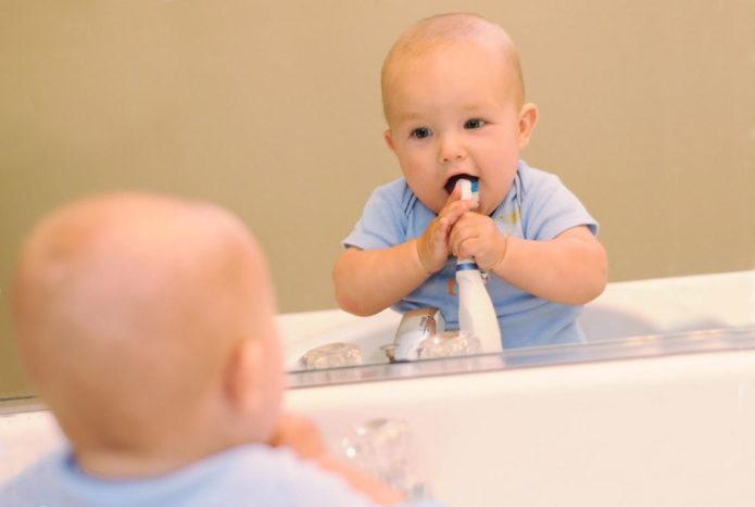 Çocuk dişleri temizler