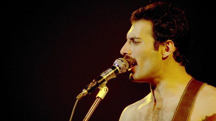 Bir mikrofon ile Freddie Mercury