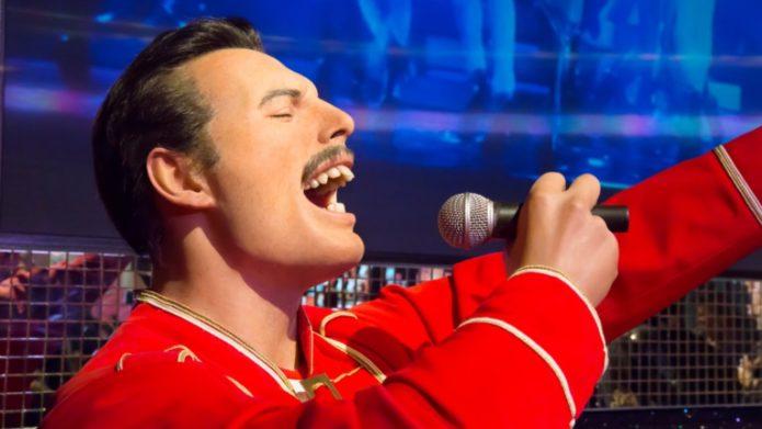 Kırmızı bir elbise içinde Freddie Mercury